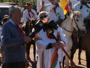 Foto:Divulgação/Isadora Guazzelli  Com as centelhas, Coordenador da 19º Região Tradicionalista, Vaneres João Rigo e o Patrono dos festejos farroupilha, Padre Valter Girelo.