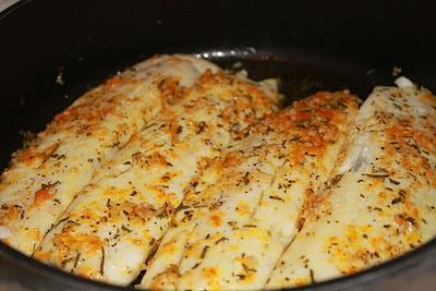 Peixe com alho, alecrim e raspas de laranja