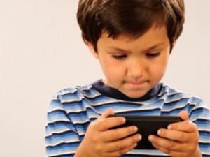crianca-jogando-no-celular