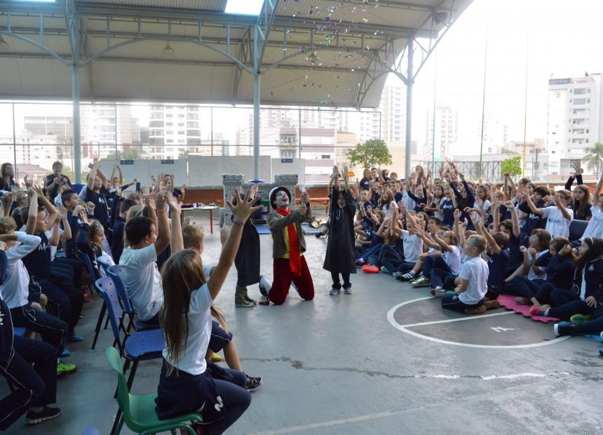 No turno da tarde, os estudantes participaram de u teatro sobre a funcação do Instituto Marista