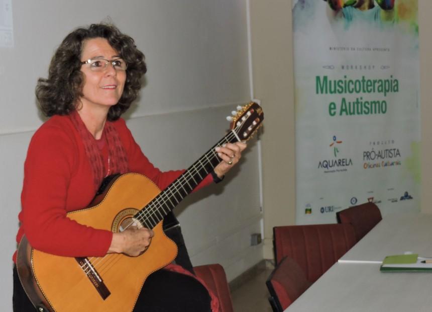 Foto 1 - Musicoterapeuta Clarisse Prestes encantou o público participante do workshop