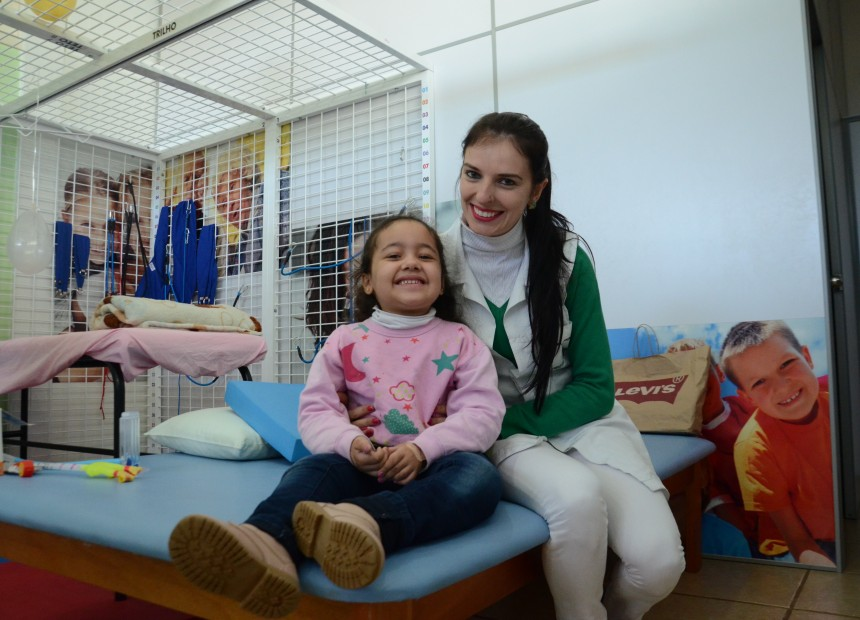Natalie com a Fisioterapeuta Janaina Dalla Costa Zaions