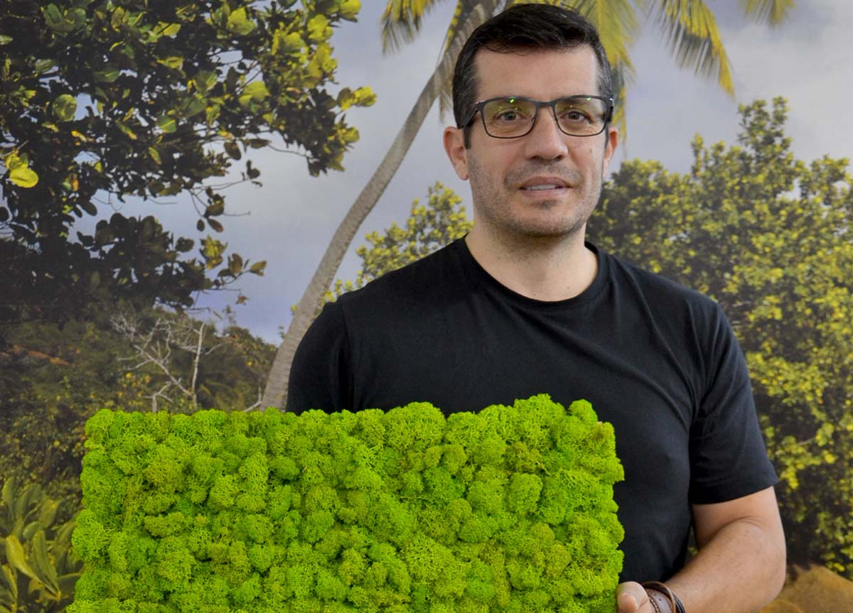 Osvaldo Monteiro mostrando uma placa do musgo escandinavo