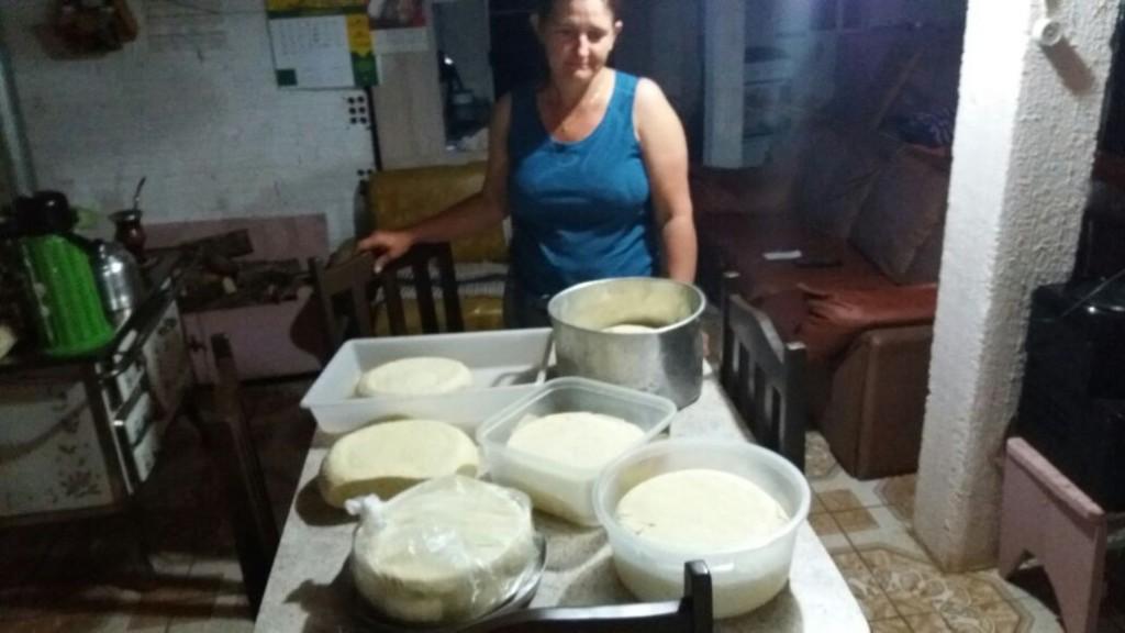 Nelci Steinke conseguiu transformar parte do leite em queijo para evitar prejuízo ainda maior