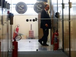 Rio de Janeiro - O presidente do Comitê Olímpico Brasileiro(COB), Carlos Arthur Nuzman, é condusido para oitiva junto à Polícia Federal (Tânia Rêgo/Agência Brasil)