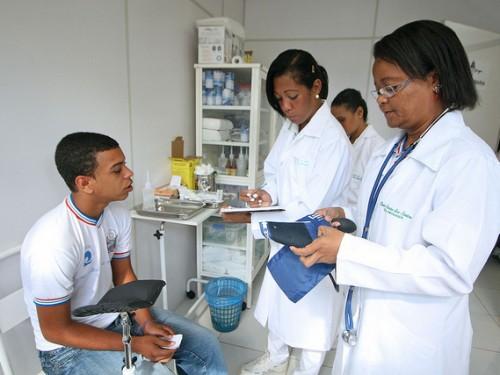 Serviços de saúde são oferecidos por estudantes do Colégio Estadual Carlos Correa de Menezes Sant'Anna à comunidade do Nordeste de Amaralina  Foto: Carol Garcia / SECOM