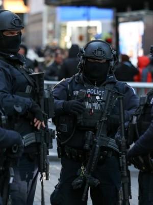 Agentes de combate ao terrorismo do Departamento de Polícia de Nova York preparam segurança para comemorações do Ano Novo na Times Square, em Manhattan 28/12/2017 REUTERS/Amr Alfiky