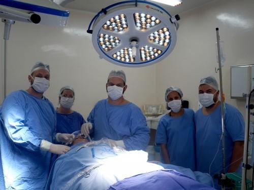 Cirurgiões com equipe de profissionais do Centro Cirúrgico do HC