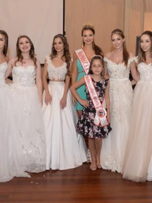 Debutantes com a Rainha do CER Atlântico, Amanda Marchesan Condah, e a Rainha Infantil, Gabriela De Marchi Michelin