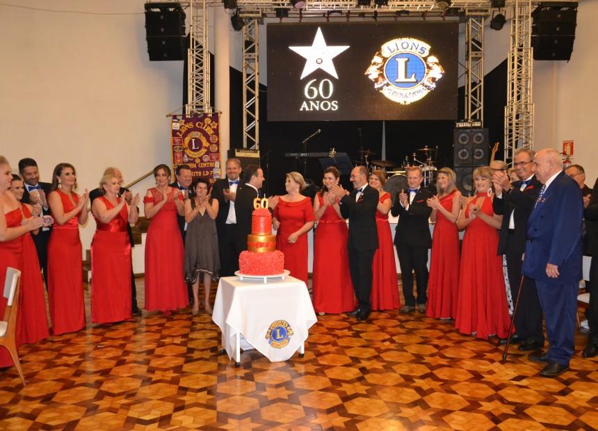 lions Momento do parabéns com membros do Lions Centro e ex-presidentes
