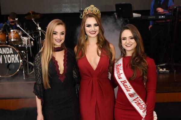 Candidata do CER Atlântico à Rainha da Frinape 2018, Naira Eliza Menegat, com Amanda Condah e Rafaela Vitória Gemelli
