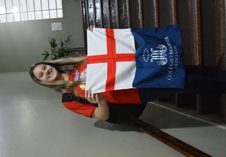 Livia levará consigo as bandeiras do Colégio e do país que irá conhecer