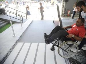 Ação Rio Consciente dá a oportunidade de pessoas participarem de um circuito que reproduz situações vividas no dia a dia dos portadores de deficiências, e é promovida pela entidade RioSolidário(Tânia Rêgo/Agência Brasil)