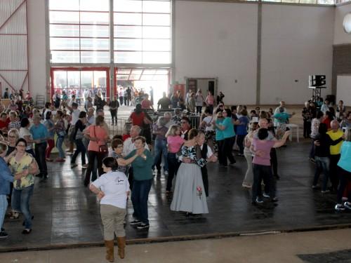 Idosos dançaram e se divertiram na Tarde Cultural
