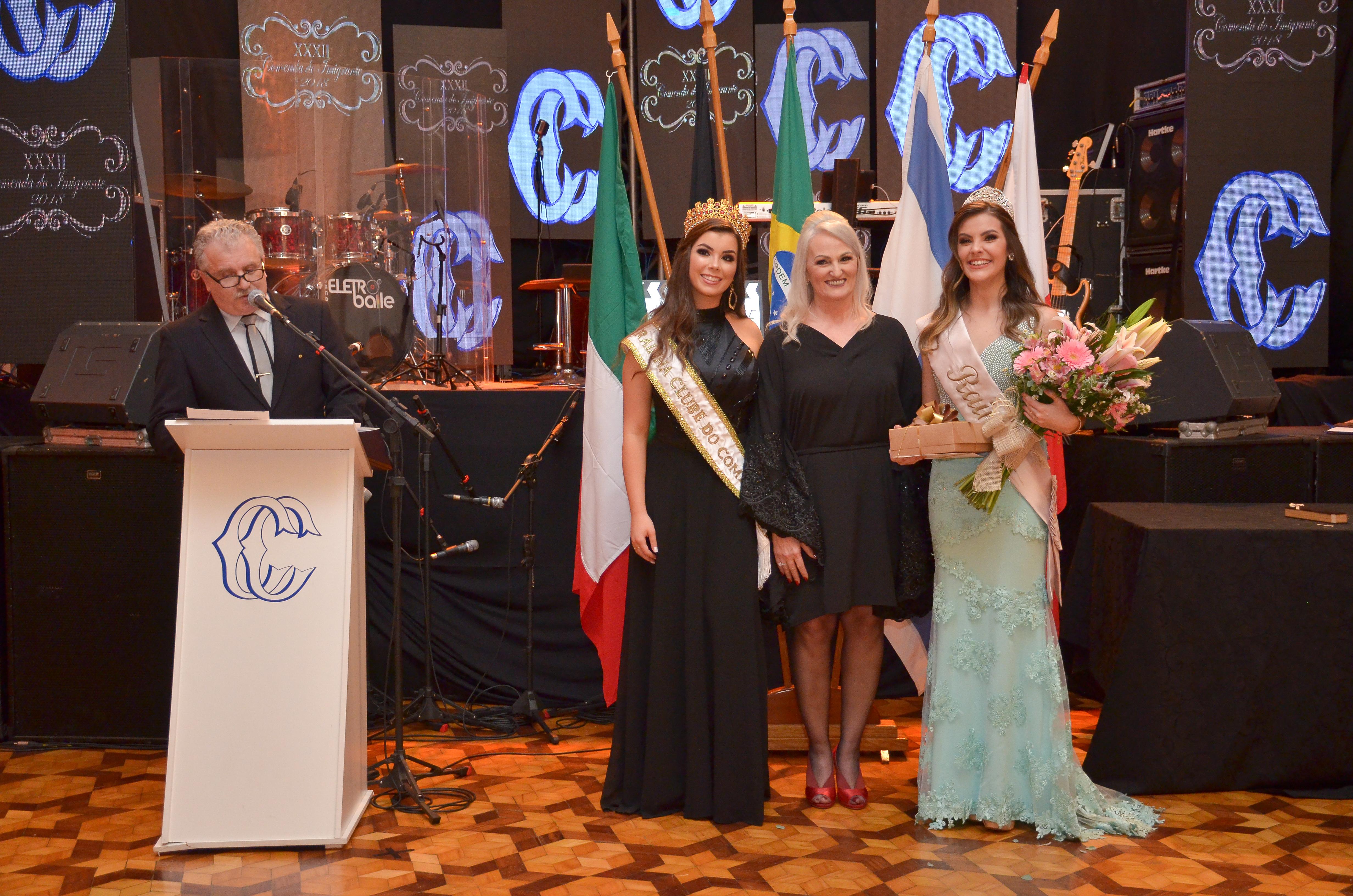 Presidente do CC, Luis Badalotti, em seu pronunciamento e prestando homenagem à Rainha da Frinape 2018, Talita Lorenzetti