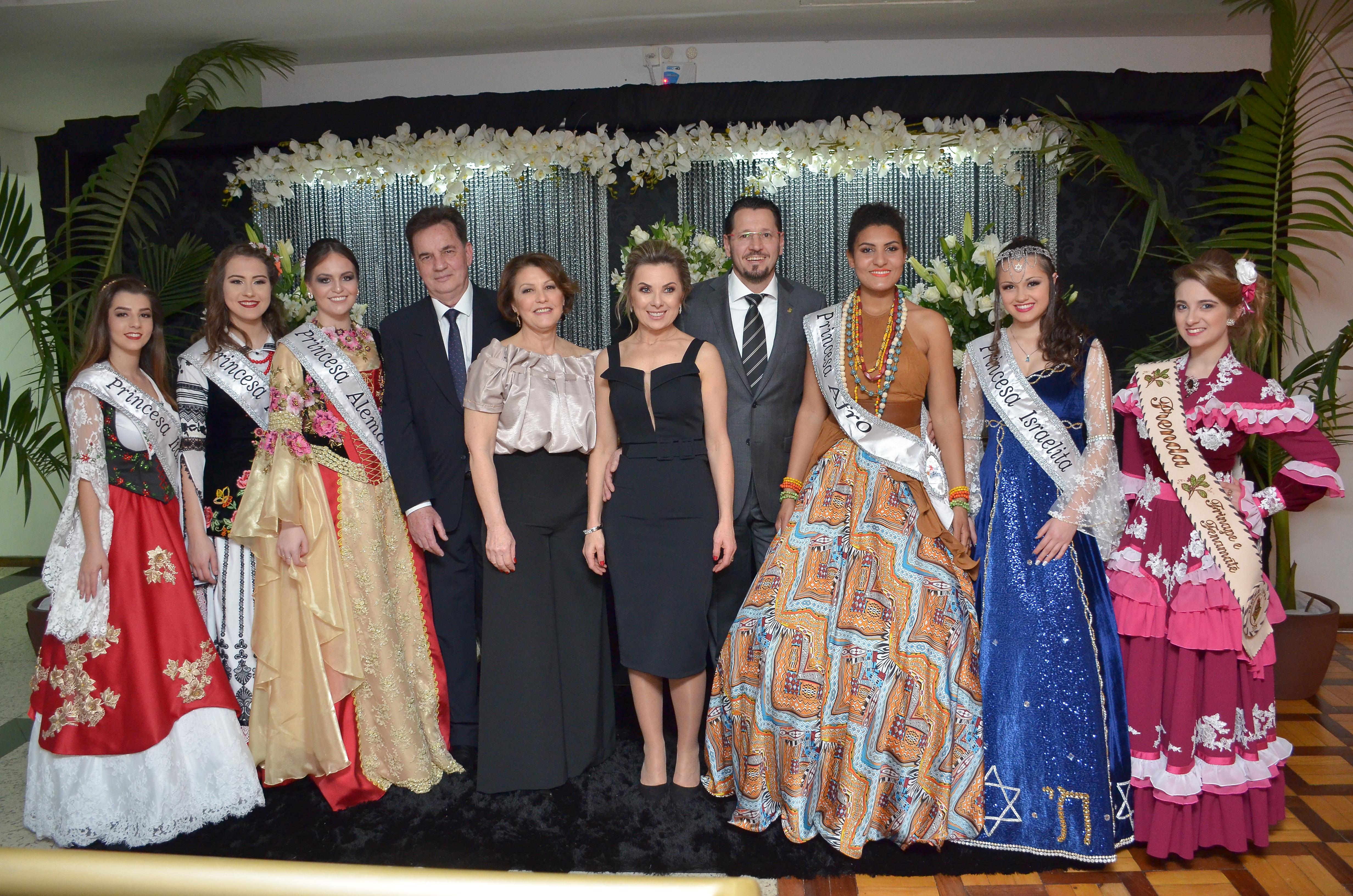 Princesas Étnicas da Frinape 2018 com o prefeito Luiz Francisco Schmidt e Rosmari e Lisiane e Fábio Vendrúscolo