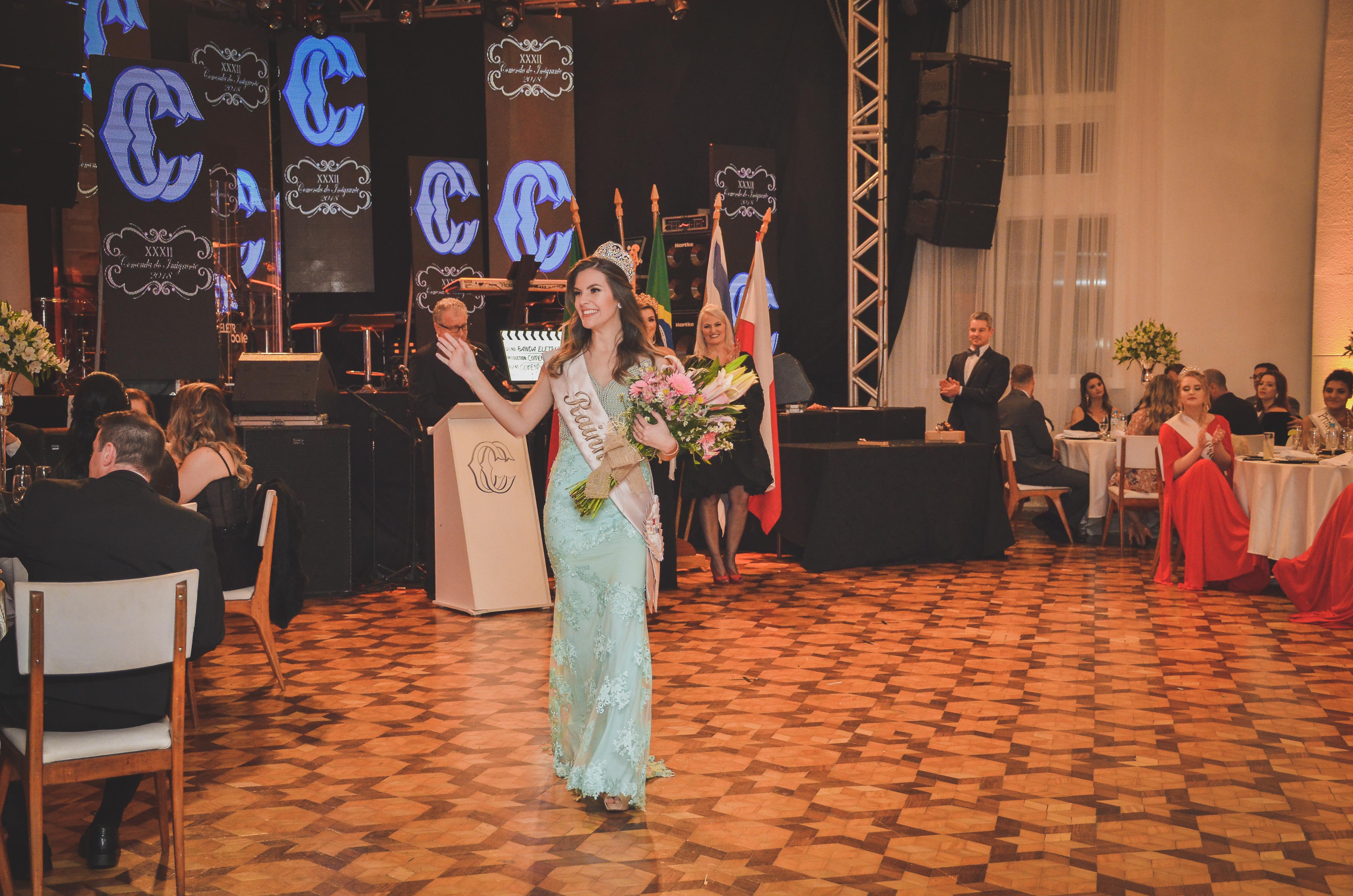 Rainha da Frinape 2018, Talita Lorenzetti, desfilando no CC