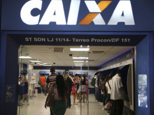 Brasília - Brasileiros aproveitam o sábado para sacar o FGTS inativo durante a segunda etapa do liberação do FGTS nas agências da Caixa Econômica (José Cruz/Agência Brasil)
