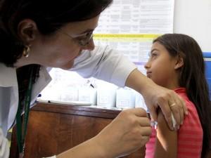 Começou nesta segunda-feira (10) a vacinação contra o HPV nas 109 unidades básicas de saúde de Curitiba. Foto: Valdecir Galor/SMCS