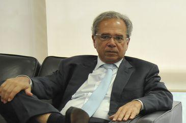 O atual ministro da Fazenda, Eduarda Guardia, recebe o economista Paulo Guedes, que assumirá, no governo de Jair Bolsonaro (PSL), o recém-criado Ministério da Economia