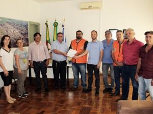 Vice-presdiente da Creral, Umberto Toazza, entrega o Plano Segurança da PCH Rio dos Índios à Defesa Civil de Nonoai