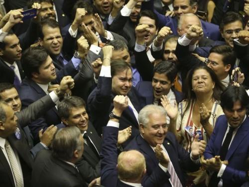 Com 334 votos, o deputado Rodrigo Maia (DEM-RJ) foi reeleito presidente da Câmara dos Deputados em primeiro turno. O resultado foi bastante comemorado no plenário e Maia se emocionou