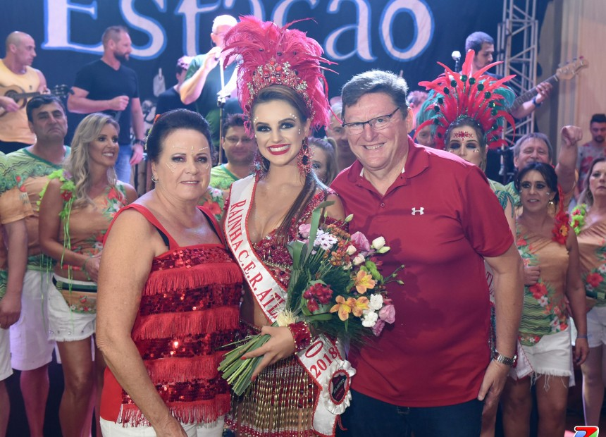 Casal presidente Reny e Julio Brondani entregam flores para Amanda Condah