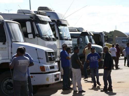 Caminhoneiros realizam protesto contra a alta no preço do combustível e uma resolução do Contran que obriga a colocar dispositivos de segurança nas caçambas.