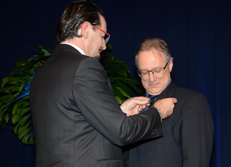 Fábio Vendruscolo coloca pin dos 100 anos da ACCIE em Claudionor Mores