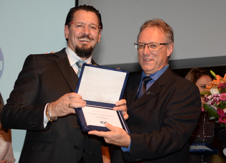 Fábio Vendruscolo recebe placa de Claudionor Mores