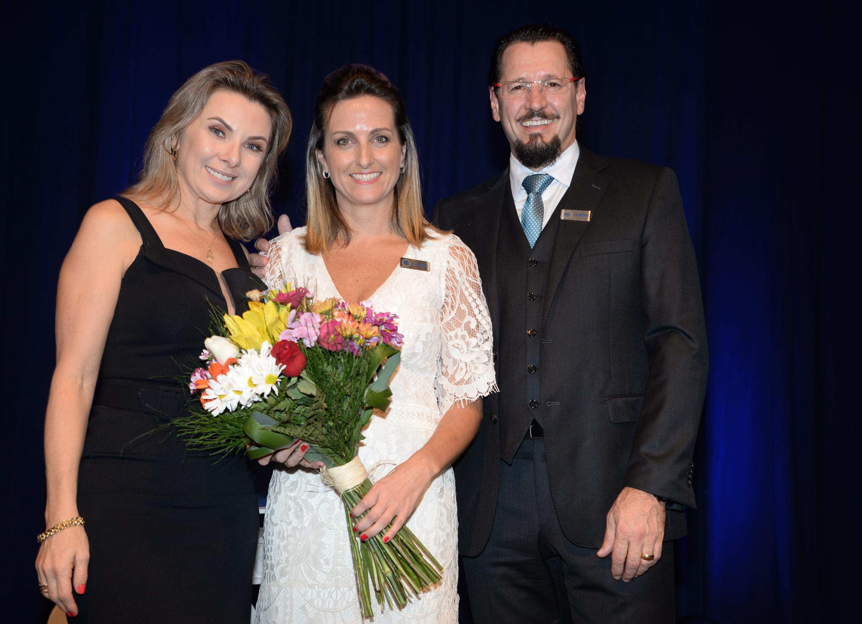 Lisiane e Fábio Vendruscolo entregam flores para Simone Leite