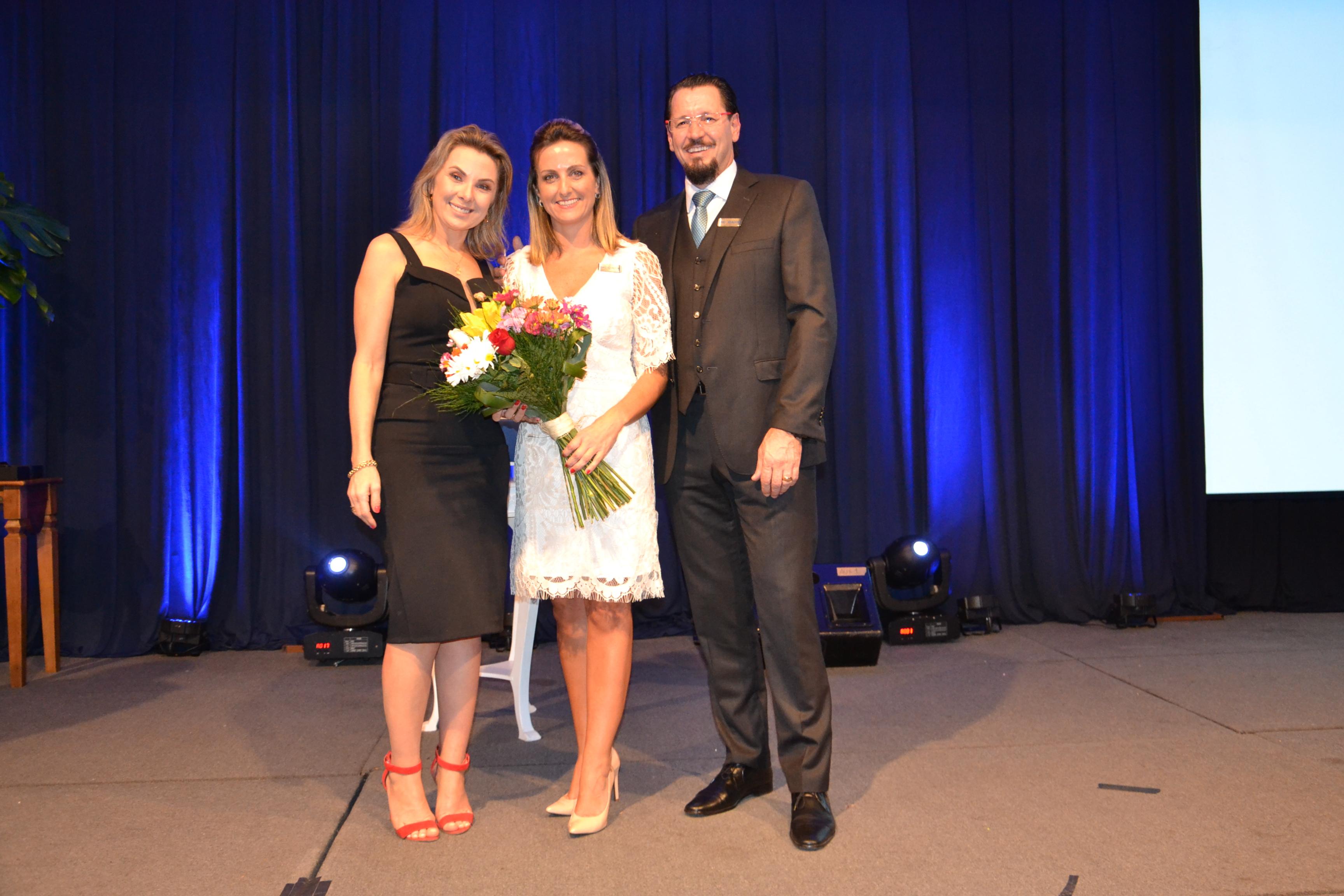 Simone Leite recebe flores de Lisiane e Fábio Vendruscolo