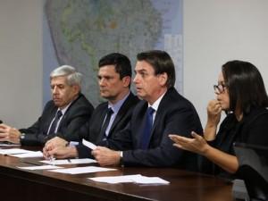 O presidente Jair Bolsonaro faz transmissão ao vivo ao lado dos ministros de Segurança Institucional (GSI), General Augusto Heleno, da Justiça e Segurança Pública, Sergio Moro, e da intérprete de libras, Elizângela Castelo Branco.