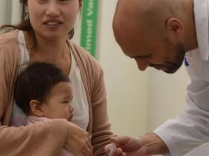 São Paulo - Iuna Shoy, 23 anos, vacina a filha Larissa, de 10 meses, no primeiro dia da campanha nacional de vacinação contra influenza na Unidade Básica de Saúde - UBS Boracéia, na Barra Funda.