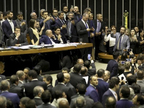 Deputado Felipe Barros no plenário da Câmara dos Deputados discurdando na tribuna com deputados do PSL fazendo selfies e lives, durante o processo de votação do Coaf. Brasilia, 22-05-2019. Foto: Sérgio Lima/PODER 360