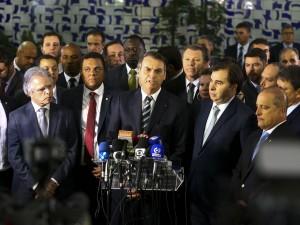 O presidente Jair Bolsonaro vai à Câmara dos Deputados para entregar ao presidente Rodrigo Maia o projeto de lei que altera as regras da carteira nacional de habilitação (CNH)