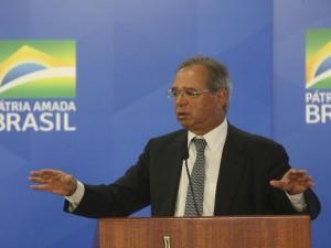 O ministro da Economia, Paulo Guedes, fala na cerimônia de posse do presidente do BNDES, Gustavo Montezano, no Palácio do Planalto.