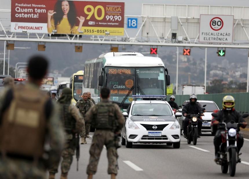 Policiais são vistos na ponte Rio-Niterói, onde as forças de segurança mataram um homem que sequestrou um ônibus no Rio de Janeiro