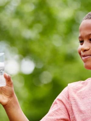 Criança-a-beber-água-em-copo-1