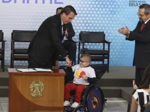 O presidente Jair Bolsonaro e o menino Pedro,  participam da cerimônia de lançamento da ID Estudantil no Palácio do Planalto.