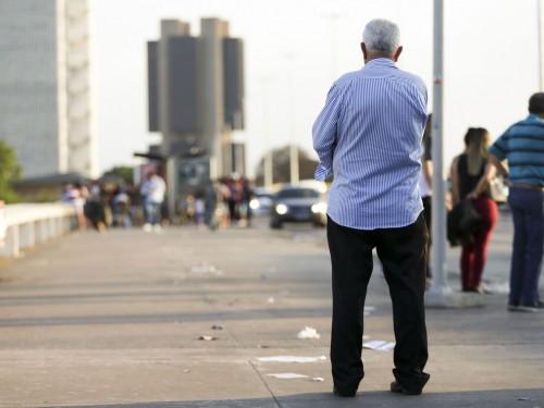 Idosos na região central de Brasília.