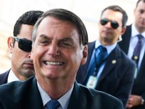 O Presidente Jair Bolsonaro fala com Populares e com a Imprensa ao sair do Palácio da Alvorada.