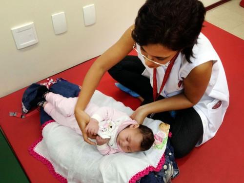 Recife - A fisioterapeuta Cynthia Ximenes da Associação de Assistência à Criança Deficiente (AACD) atende bebês com microcefalia e orienta as mães como fazer os exercícios em casa para melhorar o desenvolvimento das crianças (Sumaia Villela/Agência Brasil)