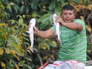Pelos rios próximos à capital amazonense é comum encontrar pescadores nas portas das casas (Tomaz Silva/Agência Brasil)