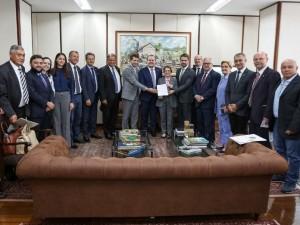 Secretário Covatti Filho e governador Leite entregaram reivindicações para a ministra Tereza Cristina