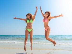 praia mulheres biquini verao