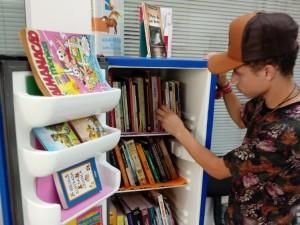 João Vitor escolhendo um livro