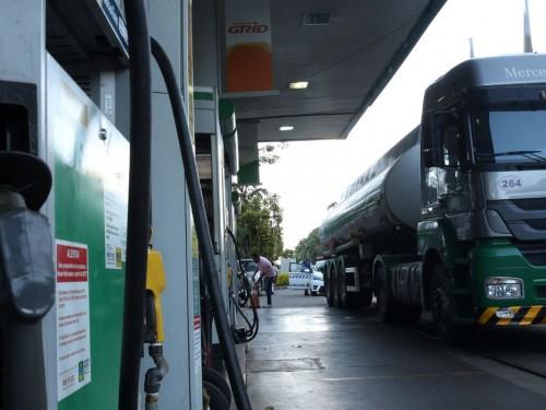 Caminhão-tanque abastece posto de combustivel no Plano Piloto, região central da capital