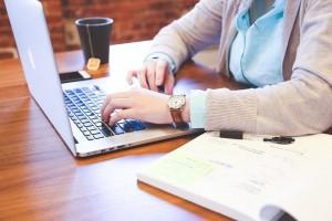 internet trabalho estudante digitando