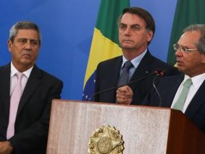 O ministro da da Casa Civil, Braga Netto, o presidente da República, Jair Bolsonaro, e o ministro da Economia, Paulo Guedes, participam de coletiva de imprensa no Palácio do Planalto